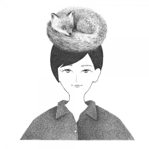 フワフワのきつねを頭に乗せた女性のポートレート