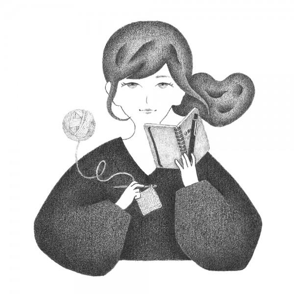 手帳とかぎ針編み作品をもつ女性のポートレート